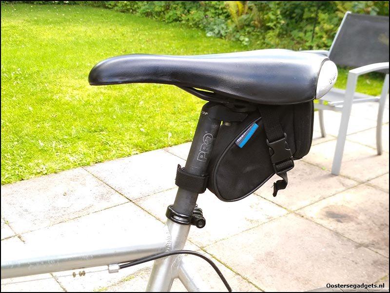 Het zadeltasje bevestigd aan de fiets